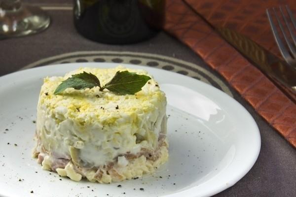 Салат с ветчиной и творожным сыром - «Закуски»