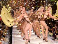 Бумажные куклы на показе Moschino - «Мода»