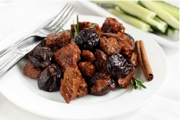 Сочная говядина с луком и черносливом - «Второе блюдо»
