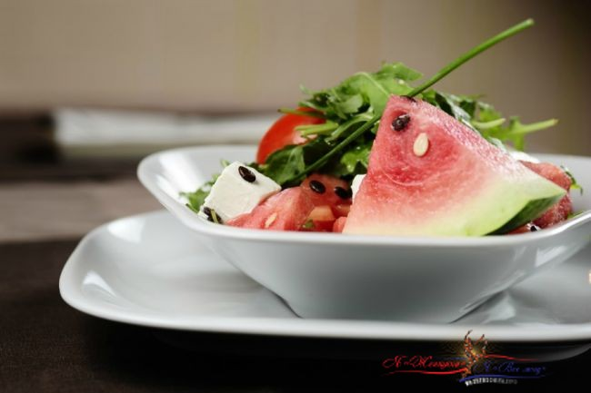 Салат из розовых томатов и арбуза с сыром фета