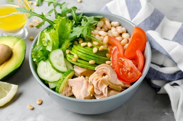 Салат из консервированного лосося с овощами и фасолью - «Закуски»