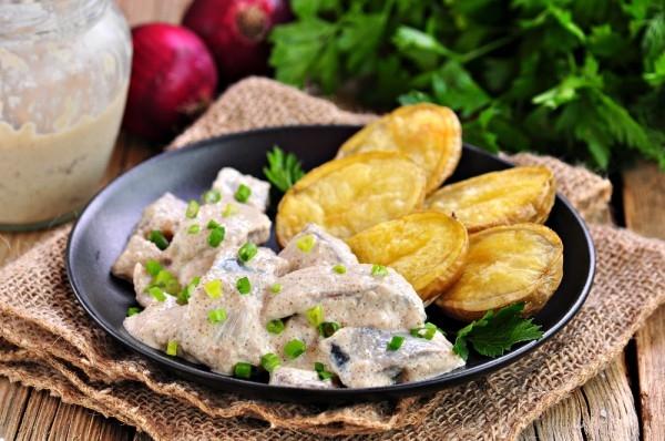 Молодой картофель с соусом из сельди - «Второе блюдо»