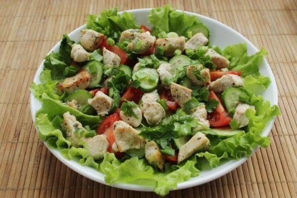 Теплый салат с куриной печенью и гренками - «Закуски»