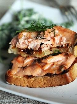 Горячие бутерброды с лососем с салатом - «Закуски»