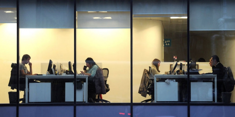 Россияне заболели трудоголизмом - «Бизнес»