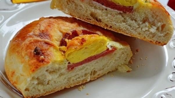 Лодочка с колбасой и яйцом - «Закуски»