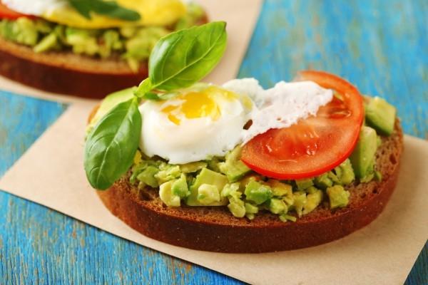 Сытный завтрак: тост с авокадо, шпинатом и яйцом - «Закуски»