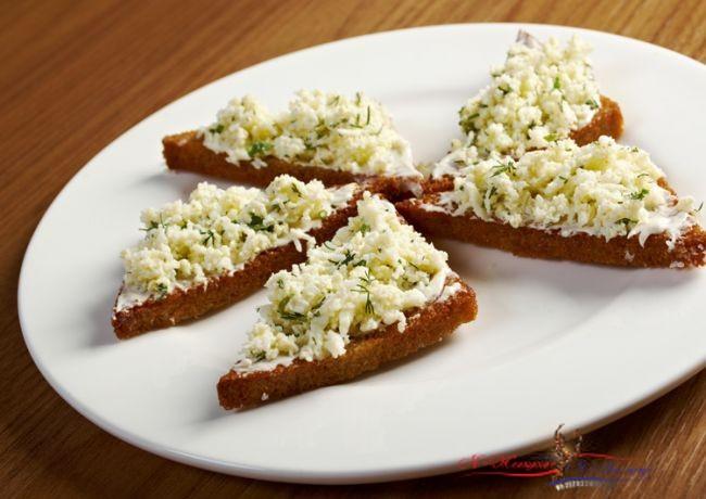 Быстрые и легкие закуски с хлебом: ТОП-8