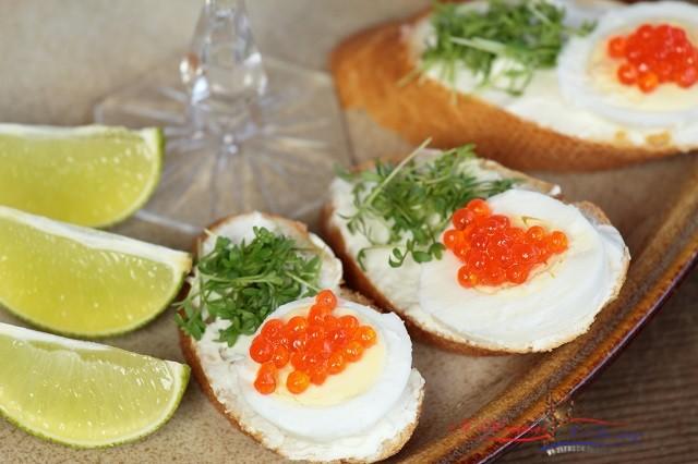 Бутерброды с яйцом и красной икрой на новогодний стол
