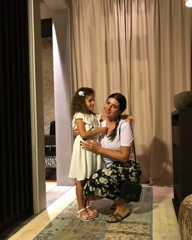 Жасмин повезла своих малышей греться на солнышке - «Я и Дети»