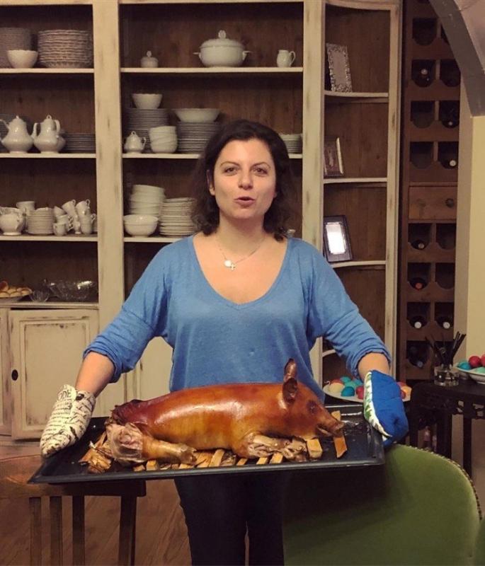 «Неприятное зрелище»: Навка показала фото Маргариты Симоньян с жареным поросенком - «Я и Кухня»