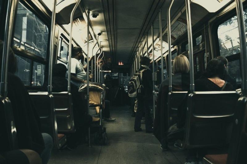 """""""Когда совсем нет времени на себя"""": колумбийка покрасила волосы в автобусе - «Красота»"""