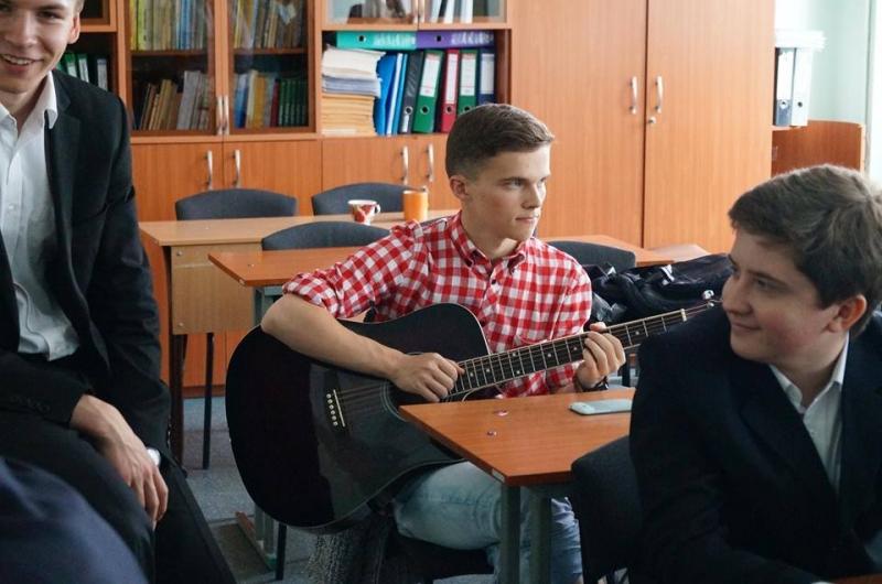 Студент из Киева делает для любимой очень неожиданные подарки, и это так мило - «Семейные отношения»