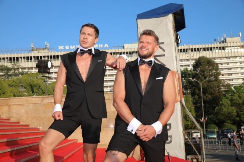 Павел Деревянко и Владимир Яглыч в шутку подрались на ковровой дорожке «Кинотавра» - «Я и Отдых»