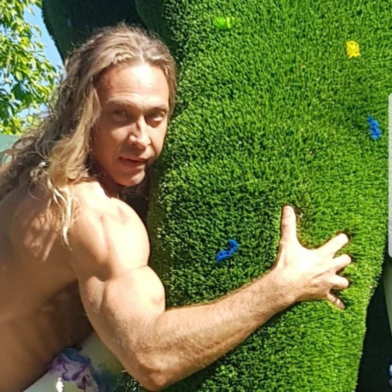 Голые ягодицы и травяные тапки: как Тарзан отдыхает на даче - «Я и Отдых»