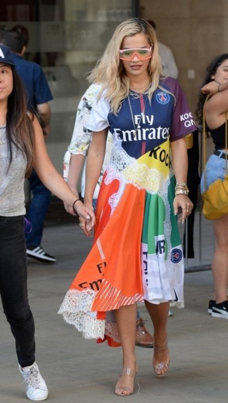 Рита Ора в ярком платье снова оказалась в центре внимания - «Красота»