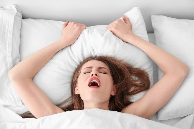 Порно видео онлайн бурные женские оргазмы, взяла член в рот вместе с яйцами