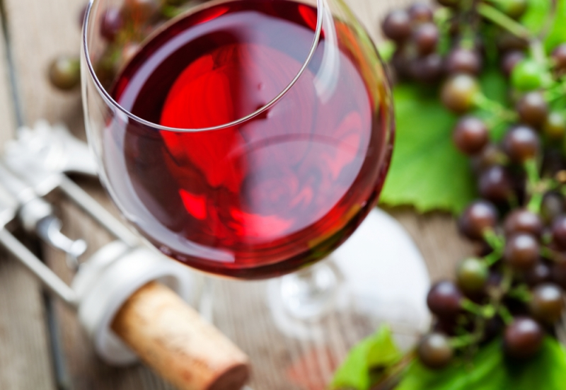 Как правильно открывать и разливать вино и зачем винным бокалам ножка - «Дом»