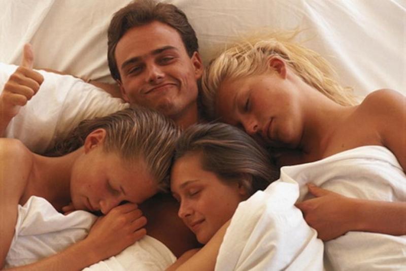10 неудобных вопросов, которые нельзя задавать полигамным парам - «Семейные отношения»